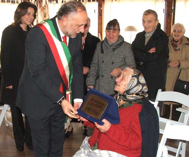 Il Sindaco Cacciotti consegna una targa di congratulazioni all'allegra centenaria Lina Bellizia
