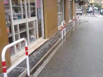 Colleferro. Marciapiede all'angolo tra Via Monti e Via Petrarca.