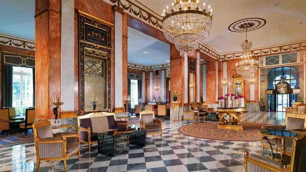 lampadari via veneto : Lampadari di cristallo, pavimenti in marmo coperti da preziosi tappeti ...