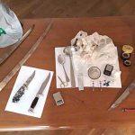 Fiuggi. Pugnali, sciabole e droga nascosti in casa. 4 persone denunciate a piede libero dalla Guardia di Finanza